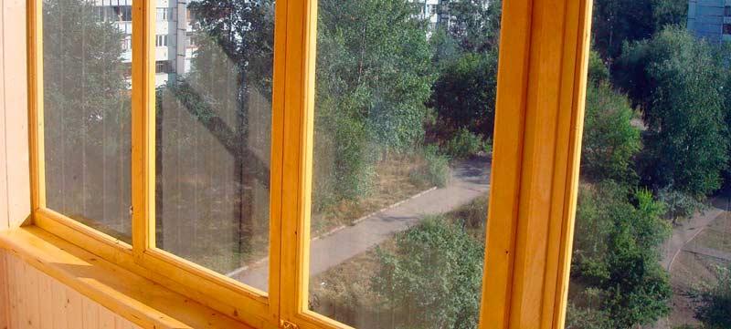 Установленные окна на балконе