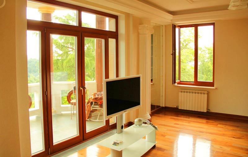 Интерьер с деревянными входом и окном