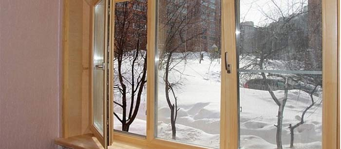 Светло-коричневые окна зимой